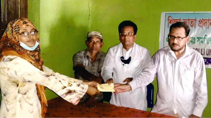 মহাদেবপুরে মেধাবী শিক্ষার্থীদেরমাঝে শিক্ষাবৃত্তি প্রদান