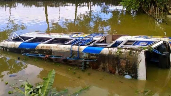 সুনামগঞ্জে বাস নিয়ন্ত্রণ হারিয়ে খাদে পড়ে ৩০ আহত